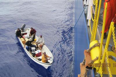 20130603nyk - 日本郵船/自動車専用船がオーストラリア沖で遭難者5人を救助