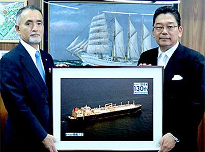 (左)商船三井 井上孝昭常務執行役員(右)神戸大学 林祐司海事科学研究科長