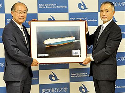 (左)東京海洋大学 岡本信明学長(右)商船三井 井上孝昭常務執行役員