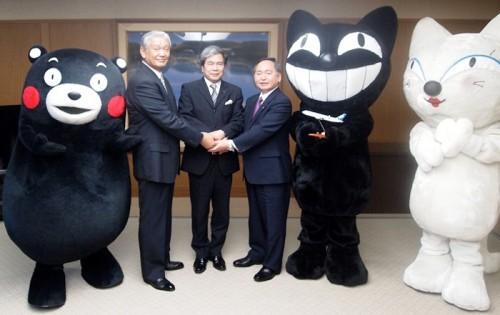 左から、熊本県のPRキャラクター「くまモン」、肥後銀行 甲斐頭取、熊本県 蒲島知事、ヤマト運輸 木川会長、ヤマト運輸のキャラクター「クロネコ・シロネコ」