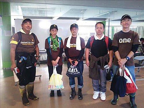 豪雨災害に見舞われた広島市で、梅野正人社長(中央)を含むUPS社員が支援活動、義援金も寄付
