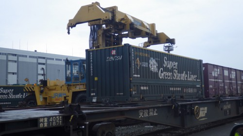 コンテナをトラックから貨物列車に載せ替えて、環境に配慮した輸送を実現