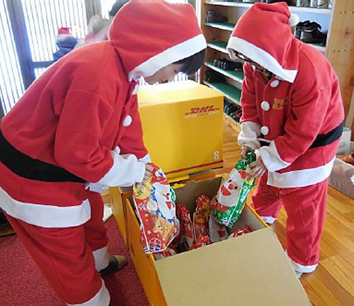 DHLが無償供与したダンボールを活用してプレゼントを配布するボランティアサンタ