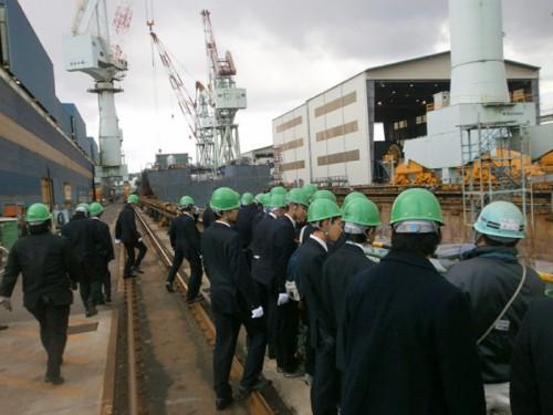 建造中の船舶を見学する広島商船高等専門学校の生徒