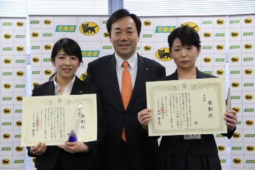 山内社長を囲む、優勝者の佐々木さん(左)と準優勝者の藤田さん(右)