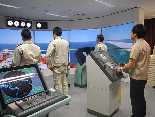 操船シミュレータとBRM訓練の様子