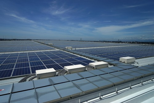 屋根に設置された太陽光パネルは計9492枚、売電用が約9割で2250.5kW、自家消費用が122.5kw