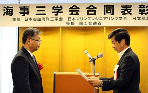 表彰式での日本郵船 赤峯浩一専務経営委員(左)