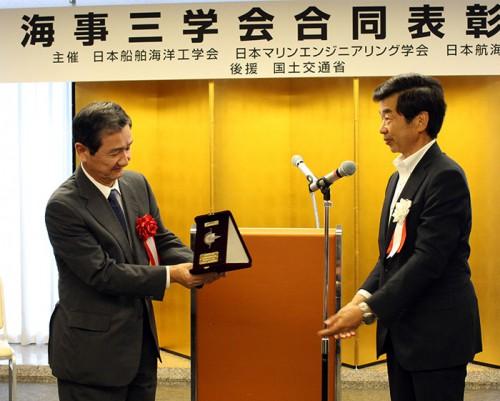 表彰式でのMTI 五十嵐誠代表取締役社長(左)