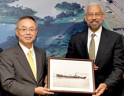 写真右:パナマ運河庁 副長官 Manuel Benitez氏と武藤光一会長