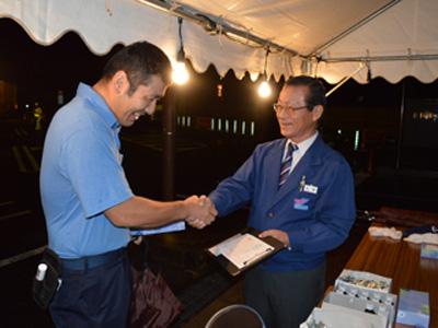督励に訪れ、乗務社員と握手を交わす大塚社長(右)