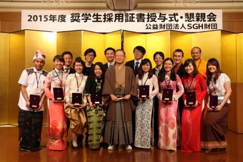 栗和田榮一理事長と奨学生