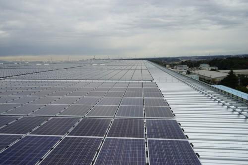 屋根に敷き詰めた7448枚の太陽光パネル