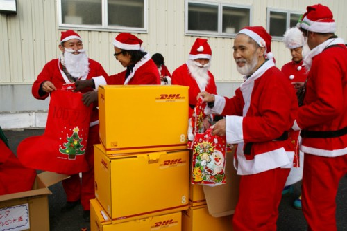 20151224dhl 500x334 - DHLジャパン/「サンタが100人やってきた!」イベントを今年も開催