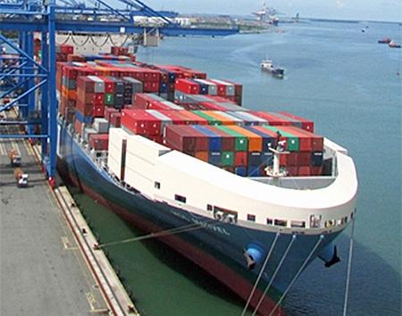 風圧抵抗を低減する風防を備えたコンテナ船
