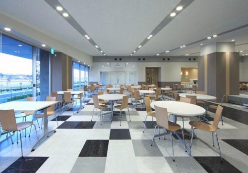 1階の130席のラウンジ。コンビニエンスストアや会議室なども用意している