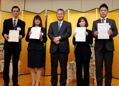 鎌田代表と木村さん(右から2番目)