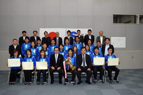 総合優勝のトロフィーを持った玉手昭選手と参加選手