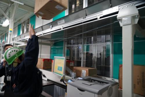 用済みとなった空箱は上に放り投げると自動的に処理される