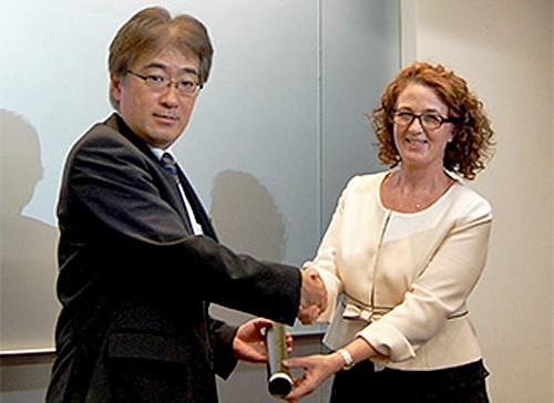 南アフリカ臨時代理大使から自動車船部長への感謝状贈呈