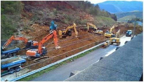 大分自動車道、のり面の土砂崩落