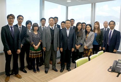 商船三井の池田潤一郎(前列右から5人目)社長と、MOLLNG (Asia) Managing Director 田中要(同6人目)とMOLLNG (Asia)スタッフ