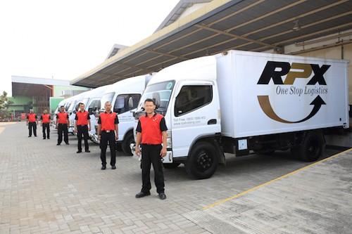 RPX社のデリバリー車と社員