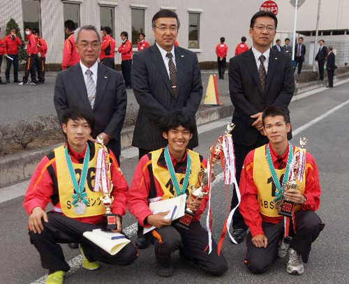 優勝した中努選手(中央)、2位角田選手(左)、3位山本選手(右)
