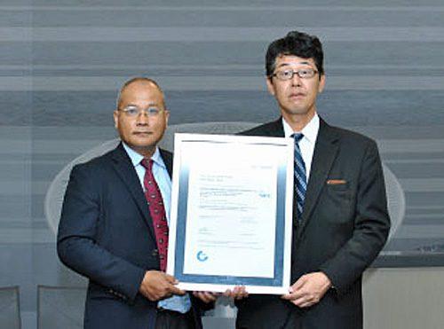 認証を取得したタイ社の日下敬士社長(右)