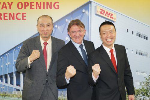 左からDHLジャパン山川丈人社長、DHLエクスプレスのケン・アレンCEO、DHLエクスプレスのケン・リーアジア太平洋地区CEO