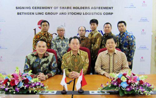 ジャカルタでの調印式 前列左よりLinc社Hans Leo氏、佐々社長、BP社Peter Tjahyadi Tjhai氏