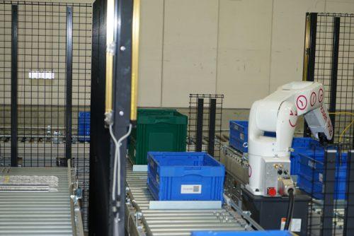 ロボットで自動ピッキング作業、右側の箱から商品を取り出す