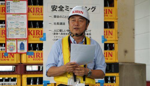 ミーティングで訓示する加藤元社長