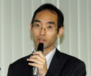 説明した日本気象協会事業本部防災ソリューション事業部の中野俊夫プロジェクトリーダー、吉開朋弘データアナリスト、本間基寛プロジェクトマネージャー