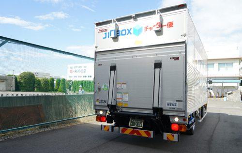 新木場車両基地にトラックで荷物を搬入