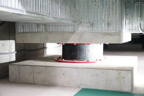 地下に設けられた免震装置