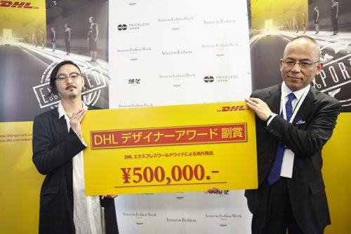 DHLジャパンの吉本悟法人営業第五部長(右)よりデザイナーアワードを受け取る藤田哲平氏