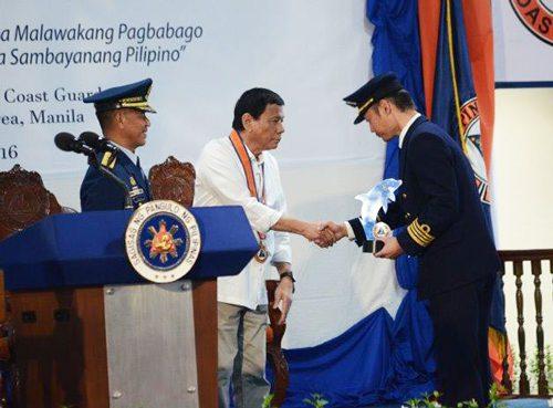 表彰式、写真中央がロドリゴ・ドゥテルテ大統領
