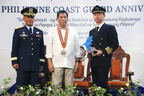 表彰式、写真中央がロドリゴ・ドゥテルテ大統領、写真右が望月伸之船長