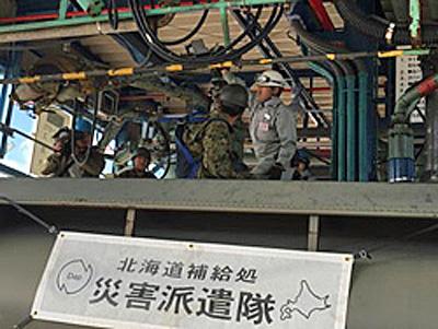 油槽所員と隊員による燃料タンク車への積み込み