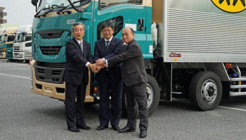 新規格のフルトレーラの前で、左からいすゞ自動車の古田氏、ヤマト運輸の福田氏、日本フルハーフの柳井氏
