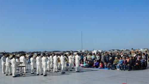 鶴見区消防音楽隊の演奏を聴く参加者
