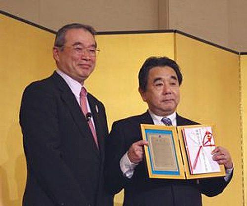 左からJILSの遠藤 信博会長と三愛ロジスティクス(東京)佐野 光宏社長