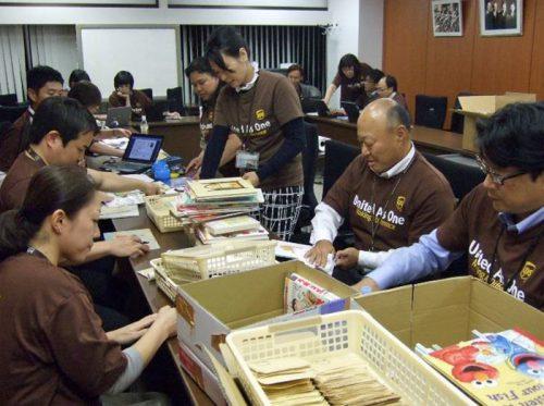 UPSジャパン本社で「Telacoya921」に寄贈する児童図書の準備をするUPS社員