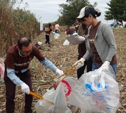 UPS社員とその家族や友人らが東京・荒川の河川清掃ボランティアに参加