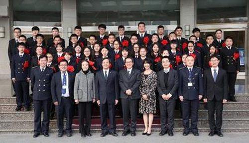 大連海事大学 前列中央日本郵船磯田裕治経営委員 前列左から4番目がDMU 潘新祥副校長