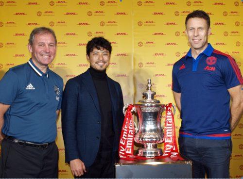FAカップを囲むマンチェスター・ユナイテッドのレジェンド、 ブライアン ロブソン氏(左)、 ロニー ヨンセン氏(右)および浦和レッズレジェンドの鈴木啓太氏(中央)