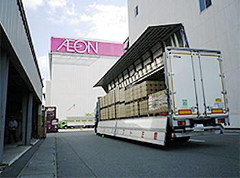 納品商品荷卸の様子