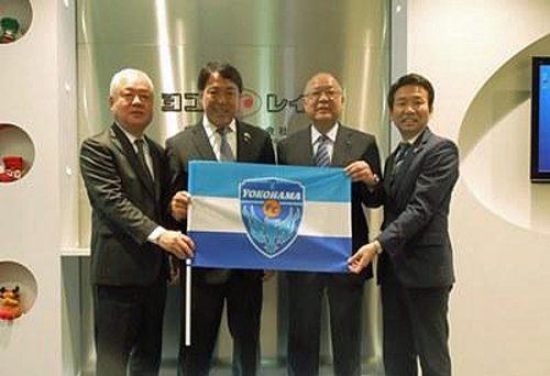 左から、ヨコレイ西山社長、横浜FC奥寺会長、ヨコレイ吉川会長、横浜FC北川社長
