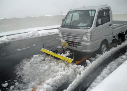 5F上りランプ付近での特殊車両を使った除雪